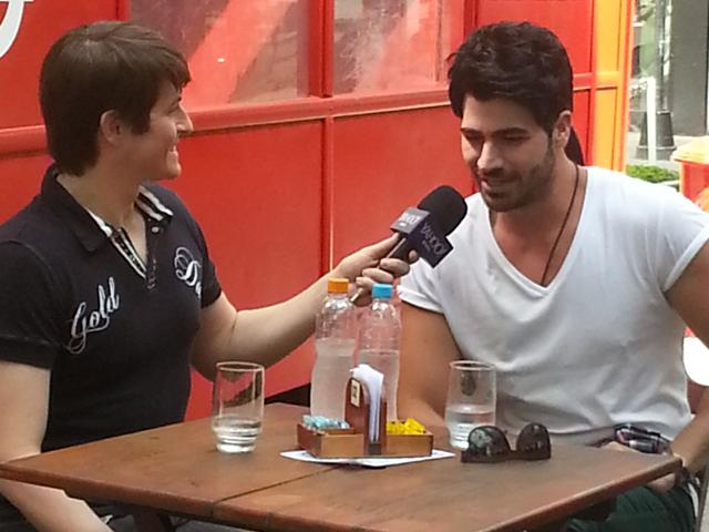 Ex BBB Rodrigão se lança como cantor sertanejo em entrevista para o Yahoo gravada na Praça da Inglaterra